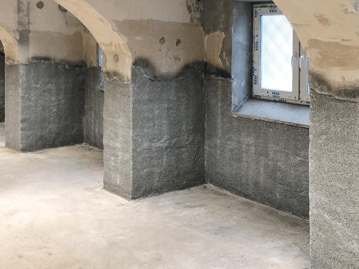 Einbringen von Granitsplitt in die zweite Schutzbeschichtung